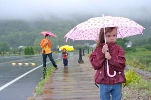 事故になって後悔する前に!教えておきたい子どもの傘マナー