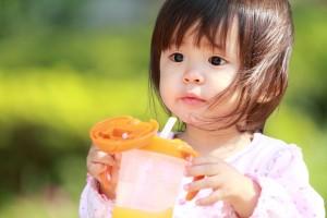 赤ちゃんのストロー・コップはいつから練習する? 生まれてすぐ、お母さんの母乳やミルクを飲んですくすく育つ赤ちゃん。 生後半年頃からは、離乳食が始まりますね。 そして、今まで使ったことのない『ストロー』や『コップ』の練習も始まります。 1.ストロー・コップの練習始め時は9ヶ月頃から コップやストローで飲み物を飲めるようになるためには、離乳食の時期ごとにみられる口唇や舌の動きと密接な関係があります。 離乳食の初期段階ではそれがコップ・ストローを使える状態にはなっていません。 それから、どちらもおっぱいや哺乳瓶を吸うように横になって飲むものではありませんよね。 そう、コップもストローも『座って』飲むものです。なので、一人でお座りがしっかりできるようになる時期から始めるのが最適と言えます。 また、器を自分で持てるようになっておるかも大事なポイントです。 これらの条件がクリアできるのが、大体生後8~9ヶ月頃と言われています。 2.まずはスパウトから試してみよう! とは言え、コップやストローをいきなり使わせるのに抵抗がある親御さんもいるかもしれませんね。 実は、おっぱいや哺乳瓶から移行する際に練習するためのマグがあります。 その第一段階で使用する目的で出されている『スパウト』から始めることをおすすめします。 スパウトは、哺乳瓶の乳首とストローの中間のような形状をしているもので、飲み口はクロスカットになっています。 それでも哺乳瓶の乳首のようにビューっと勢いよく出るものではないので、むせにくいというのも良い点です。 3.コップを優先するならスプーンで飲むことから始めよう! 多くの親御さんはコップよりもストローの練習を優先させる傾向が強いようですが、実はどちらから練習を始めても問題ありません。しかし、難易度としてはコップで飲むことのほうが高めですよね。 もしも、コップ飲みを優先したいのであれば、まずはスプーンで飲む練習からさせてみましょう。 それから徐々にコップへ移行していくのが理想ですが、最初はお猪口のような浅い器から始めてみると良いでしょう。 4.失敗しても焦らない!こぼしても笑顔で見守ろう コップ・ストローの練習を始めてすぐは、当然うまくいかないものです。 赤ちゃんはお母さんやお父さんの表情に敏感なので、失敗して飲み物がこぼれてしまった時に神経質な顔をされると、『コップ(ストロー)=怒られる(怖い)もの』というイメージを持つことがあります。 練習を始めてすぐできるようになる子もいれば、少し時間がかかる子もいます。 親御さんは飲み物をこぼしてしまっても決して焦らず、『大丈夫、いつかはちゃんと飲めるようになるからね』と前向きに声をかけてあげましょう。 終わりに 以上、赤ちゃんのストロー・コップ練習の始め時やポイントについて書いていきましたが、いかがでしたか? ストローやコップで飲み物を飲めるようになると、水分補給が手軽にできるようになるというメリットがあります。 先ほども述べたように、マスターするまで時間がかかっても、『いつかはできるようになる』とのんびり構えて、決して焦らないことが一番大切。 赤ちゃんの成長を見守りながら、楽しい育児ライフを送っていきましょう!